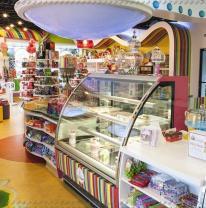 Живая плитка на полу в магазине сладостей