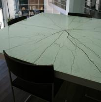 Стол с использованием текстурированного стекла
