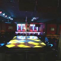 Стриптиз клуб и живая плитка на подиуме