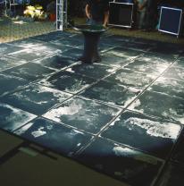Живая плитка черного цвета для танцпола