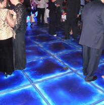 Живая плитка используется в качестве покрытия танцпола